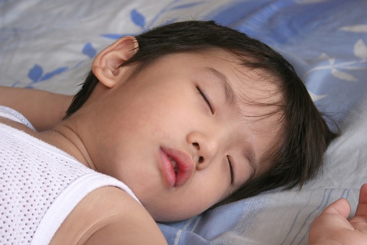 Kids Put to Bed Early Less Prone to Obesity